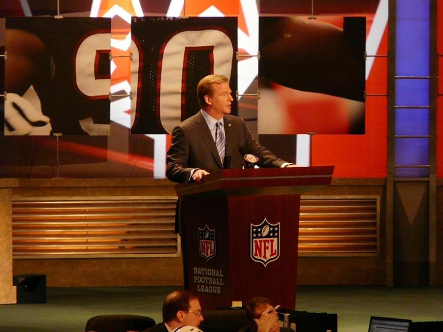 https://upload.wikimedia.org/wikipedia/commons/c/ca/Commissioner_Goodell_2009_NFL_Draft.jpg