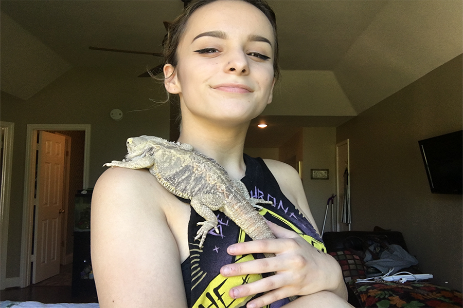 Haley+Lumbert+stands+proudly+with+her+bearded+dragon%2C+Puff+Daddy%2C+on+her+shoulder.