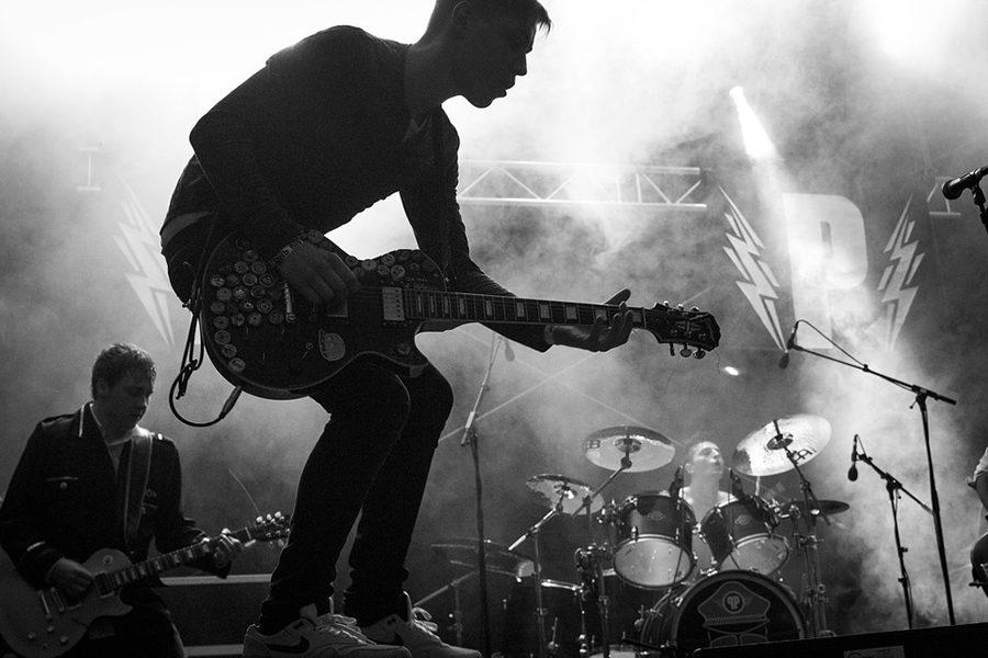 https://pixabay.com/en/musician-guitarist-guitar-music-2708190/