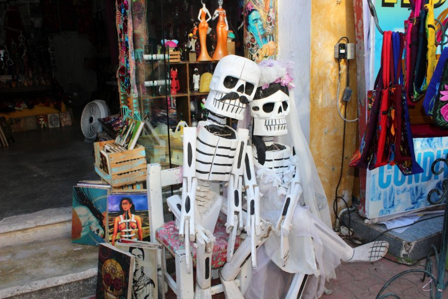 A+statue+outside+of+a+shop+in+Playa+De+Carmen%2C+Mexico+surrounded+by+Frida+Kahlo+artwork+for+sale.+