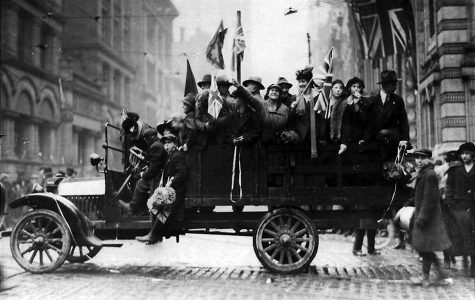 Citizens celebrating Armistice day in Tornoto, Canada at Bay and King street. (Free to share and reuse from Yahoo).